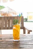 refrigerante de suco de laranja com alecrim em café restaurante foto