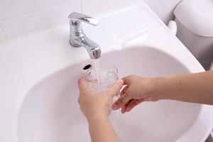 beber água da torneira foto