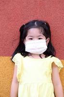 criança com máscara foto