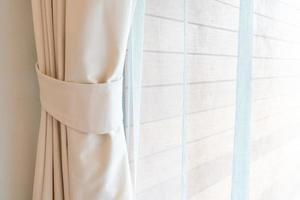 cortina close-up com janela e luz do sol foto