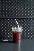 copo de café preto americano gelado em cafeteria foto