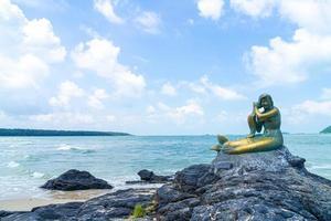 estátuas de sereia dourada na praia de samila. marco de songkla, na tailândia. foto
