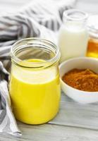 bebida com leite de açafrão amarelo. foto