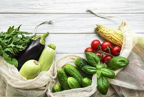 vegetais frescos em saco de algodão ecológico foto