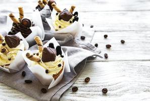 bolinhos de chocolate em fundo branco de madeira foto