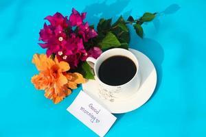 xícara de chá com texto bom dia. foto