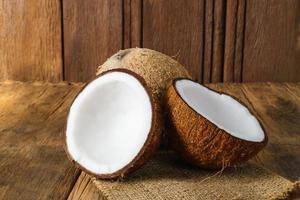 cocos frescos em fundo de madeira velho foto