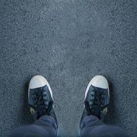 par de sapatos em pé na passarela foto