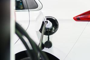 carregando um carro elétrico, futuro do transporte foto