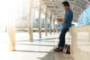 uso do computador tablet na cidade pelo homem foto