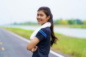 retrato de uma linda garota em roupas esportivas sorrindo durante o exercício foto