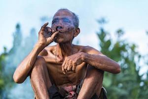estilo de vida de homem idoso dos habitantes locais na Tailândia foto