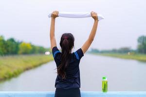 retrato de uma linda garota em roupas esportivas durante o exercício foto