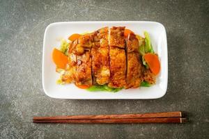 bife de frango teriyaki teppanyaki com repolho e cenoura foto