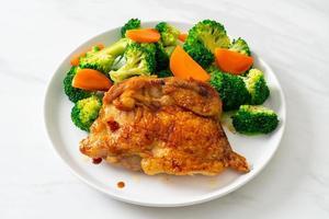 bife de frango teriyaki com brócolis e cenoura foto