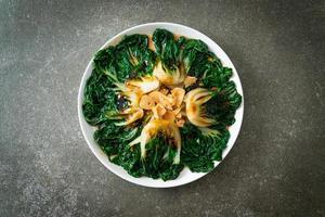 repolho chinês bebê com molho de ostra e alho - estilo de comida asiática foto