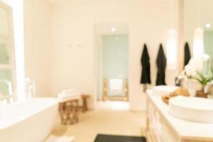 borrão abstrato banheiro luxuoso em resort de hotel para segundo plano foto