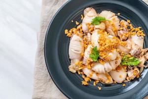 lula frita ou polvo com alho no prato foto
