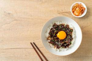 arroz com carne de porco com sabor de soja ou donburi de porco japonês foto