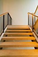 escada vazia bonita com iluminação foto