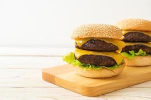 hambúrguer ou hambúrguer de carne com queijo - estilo de comida não saudável foto
