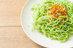 macarrão de jade verde com alho no prato foto