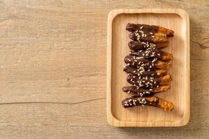 Cobertura de chocolate de banana seca ao sol ou chocolate mergulhado em banana foto