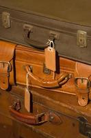 pilha de malas de couro vintage foto