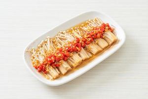 cogumelo caseiro cozido no vapor com agulha dourada ou enokitake com molho de soja, pimenta e alho foto