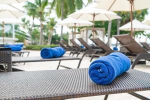 toalha de close-up na cadeira de praia - conceito de viagens e férias foto