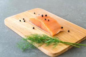 filé de salmão fresco a bordo foto