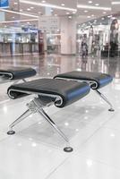 cadeira moderna eampty na sala de espera foto