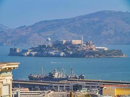 vista ensolarada da ilha de alcatraz e da baía de São Francisco foto