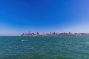 vista ensolarada do horizonte de san francisco da ilha de alcatraz foto
