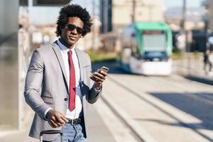 empresário negro esperando o próximo trem foto