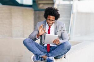 empresário negro usando um tablet digital foto