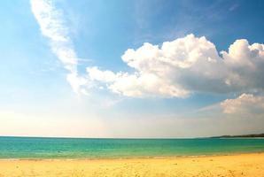linda praia de verão e céu azul foto