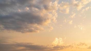 céu nublado ao pôr do sol foto