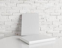 maquete de livro com parede de tijolos foto
