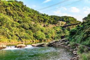 houtong cat village e ponte sobre o rio keelung, taiwan foto