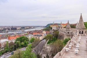 Budapeste com rio Danúbio do bastião dos pescadores foto