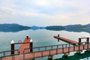 porto com barcos pela manhã no lago sun moon, taiwan foto