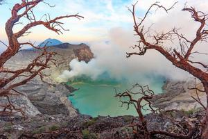 Vulcão kawah ijen ao nascer do sol de Java Oriental, na Indonésia. foto