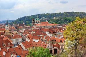 arquitetura do cais da cidade velha e telhados vermelhos tradicionais em Praga foto