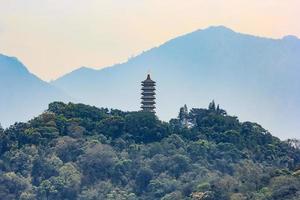 vista do pagode ci en perto do lago sol-lua em nantou, taiwan foto