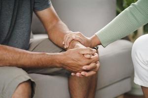 amigo ou família sentado e de mãos dadas para animar o homem deprimido mental foto