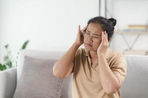 mulher madura sênior, sofrendo de dores de cabeça, conceito de alzheimer. foto