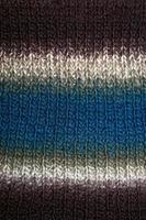 lenço colorido de inverno feito à mão com lã de alpacas close-up foto