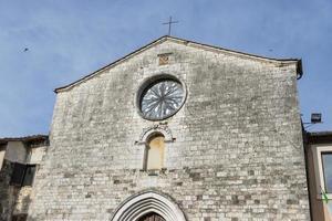 igreja na praça central da vila de san gemini foto