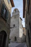 construção de torre dentro da cidade de san gemini foto